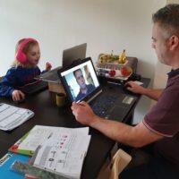 Meester Jelmer geeft thuis les